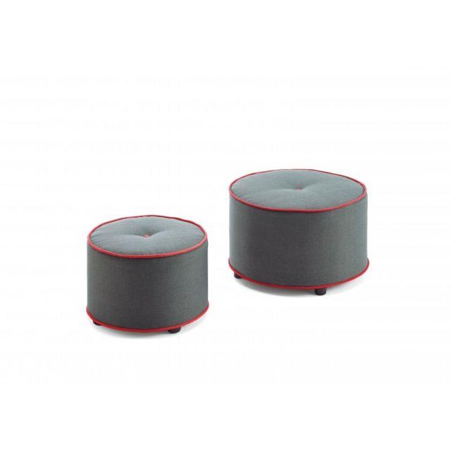 Ma Maison Mes Tendances Lot de 2 poufs en tissu gris avec couture rouge Sebastien - L 62 x l 62 x H 37