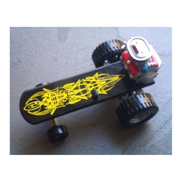 Universel Planche à roulette rat fink pinstripé jaune moteur figurine