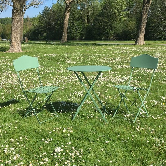chemin de campagne table 2 chaises de jardin en fer pliable salon de jardin bistrot vert. Black Bedroom Furniture Sets. Home Design Ideas