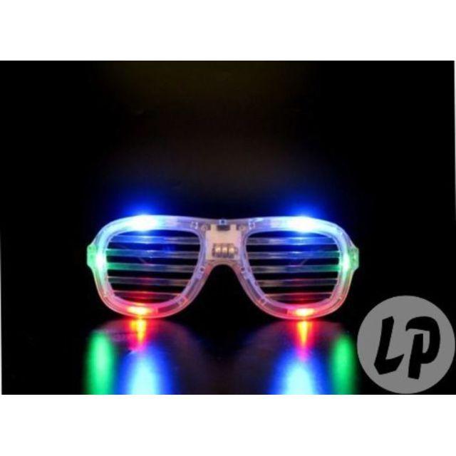 Coolminiprix Lot de 12 - Lunettes lumineuses stores multicolore - Qualité Ce produit est vendu par lot de 12 pièces.Même si sur la photo il y a plusieurs pièces, vous recevrez 12 unités - Lot de 12 - 1x lunettes de soirée lumineuse, fonctions marche conti