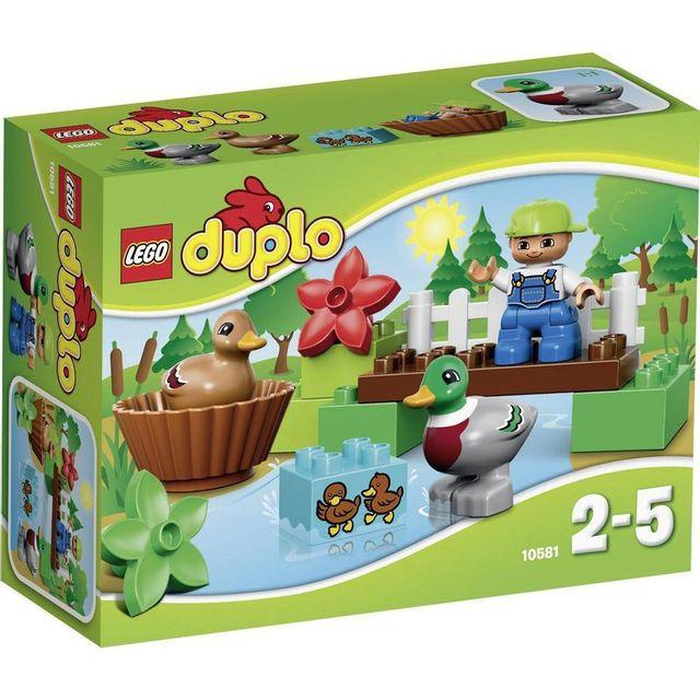 Lego DUPLO - Les canards - 10581 L'ensemble Les canards LEGO® DUPLO® comprend une figurine d'enfant LEGO DUPLO, un canard mâle, un canard femelle, un pont à construire et une brique décorée avec des canetons.
