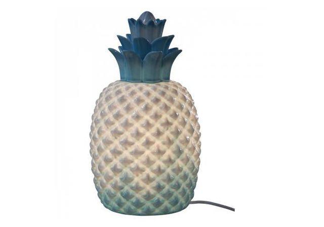 Declikdeco - Avec la Lampe A Poser En Céramique Ananas Bleue H30 Abaca vous ajouterez une touche originale à votre pièce. La forme inédite de cette lampe vous permettra de donner une touche exotique à votre décoration. Caractéristiques :- Matière : Céramique- Couleur 17cm x 30cm x 17cm