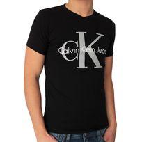 Calvin Klein - T-shirt Jeans manches courtes. Coupe ajustée, près du corps. Matière confortable avec élasthanne. Col V. Logo imprimé sur le devant, le dos et la manches. 95% coton. 5% élasthanne