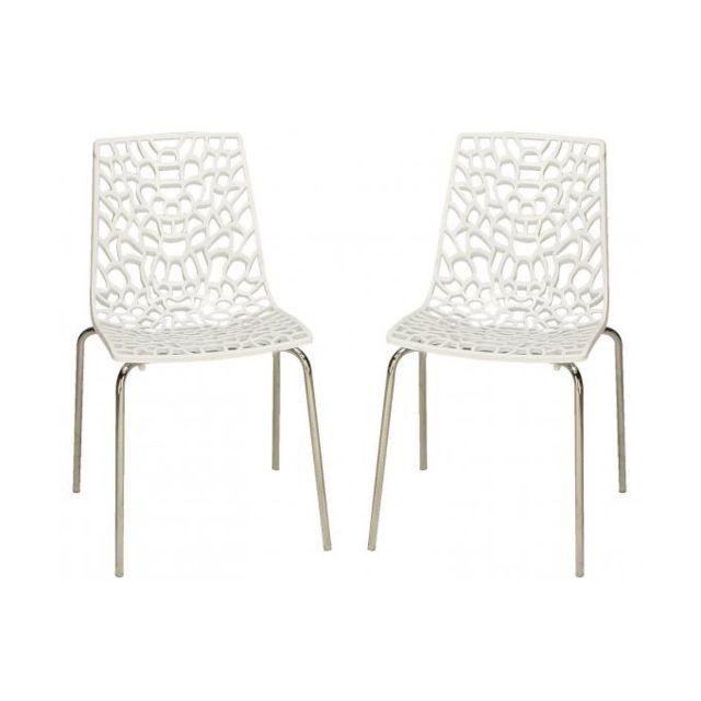 Declikdeco cette chaise blanche en polycarbonate sera parfaite pour un intérieur design. son style vous permet également de vous en