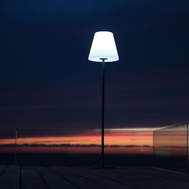 Lumisky Lampadaire lumineux blanc sur secteur STANDY E27 150cm Lampadaire lumineux blanc sur secteur STANDY E27 150cm 35x35x150 Dôté d'un interrupteur sous l'abat-jour