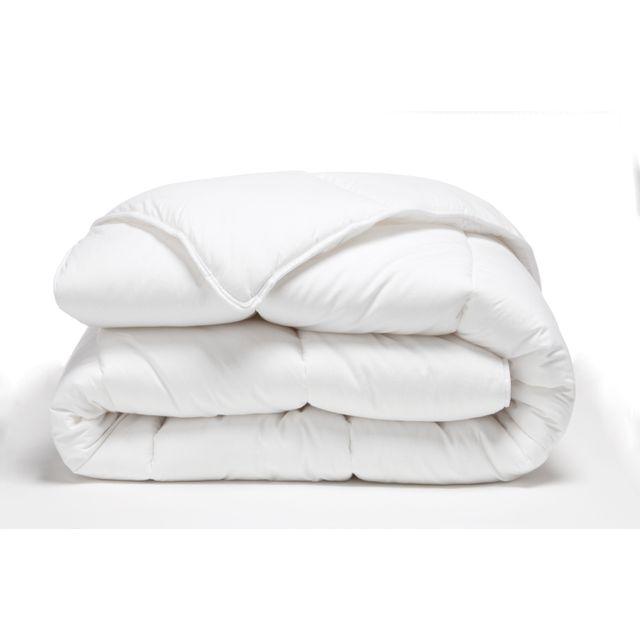 TEX HOME Couette chaude lavable à 95 Optez pour cette couette confortable et hygiénique, lavable en machine à 95°. Couette 140x200 cm chaude Coloris blanc. Enveloppe 65% polyester-35% coton/garnissage fibre creuse siliconnée.