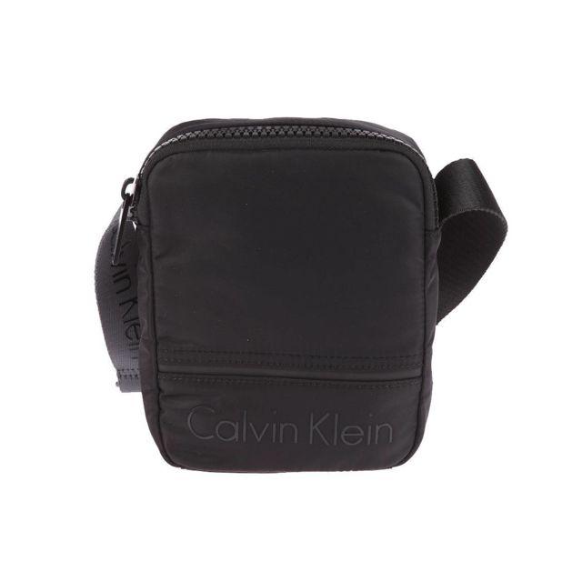76bf616879d2 Calvin Klein - Sacoche zippée Jeans Matthew 2.0 noire - pas cher Achat   Vente  Besaces et bandoulières - RueDuCommerce