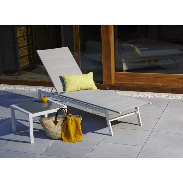 Bain de soleil Joanne. Dim: L190.5xl.54.5xH33 cm. Structure en aluminium, coloris blanc. Allonge en textilène, coloris g
