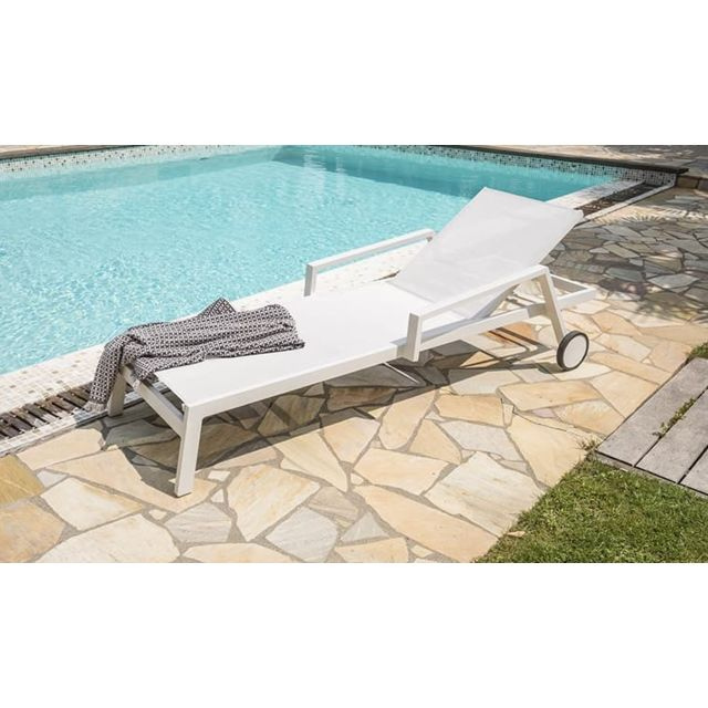 House And Garden   Chaise Longue Ibiza Blanc Sur Roulettes