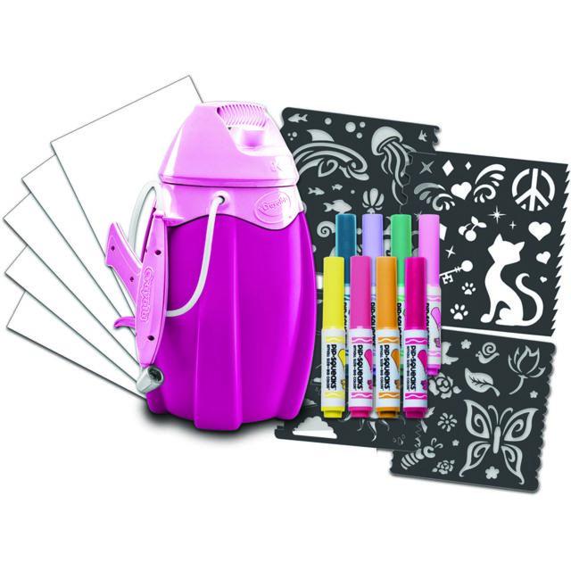 CRAYOLA Marker Airbrush - Rose Réalise des dessins extraordinaires avec le Marker Airbrush rose Crayola ! Insère un feutre, actionne la pompe et spray ! Avec les pochoirs le rendu est encore plus étonnant ! Fonctionne avec tous les fe
