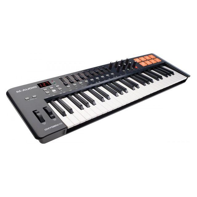 M-audio Oxygen 49 Iv - Stock B Cette 4ème génération de clavier maître Oxygen dotée d'un nouveau design dispose désormais de 8 pads de trigger rétro-éclairés sensibles