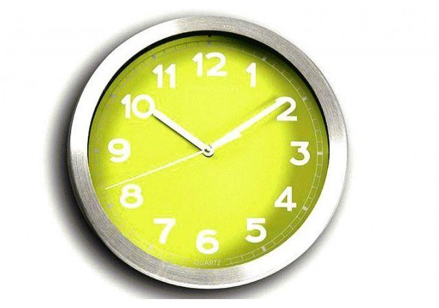 Declikdeco Cette horloge murale rouge et chromée donnera de la couleur à votre intérieur. Design et colorée, vous vous rendrez vite