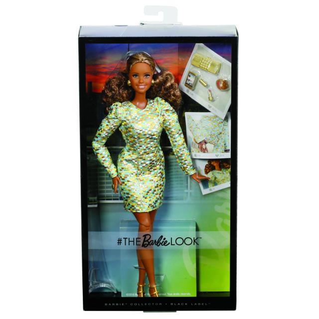 MATTEL Look Chic - Barbie Collection Black Label - DYX64 Poupée métisse, silhouette ronde, robe scintillante vert d'eau, accessoires « or ». Black label.