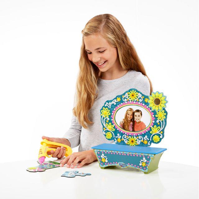 DOH VINCI LA REINE DES NEIGES - Kit coiffeuse - B5512EU40 Revivez les aventures d'Elsa et d'Anna avec ce coffre à bijoux à décorer avec les tubes de couleurs et un tube blanc pailleté pour un effet givré unique !