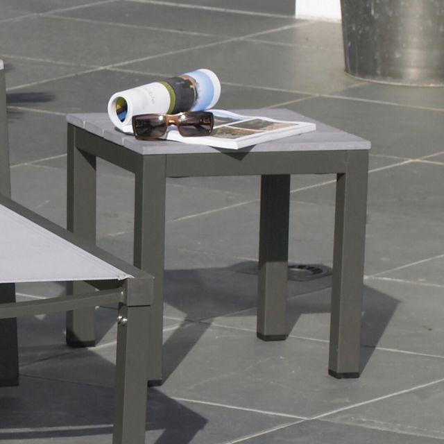 Table basse montana. dim.: l.40 x l.40 x h.40 cm. structure en aluminium et plateau en bois composite