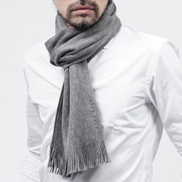 Hugo Boss - Echarpe gris Albas - pas cher Achat   Vente Echarpes ... 252074f6c05