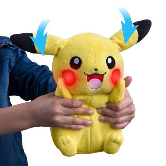 TOMY Peluche à fonction Mon Ami Pikachu - T18984D Peluche Pikachu ultra douce ! Presse son ventre pour voir ses oreilles se baisser, ses joues s'éclairer et l'entendre parler. Pika Pika !!