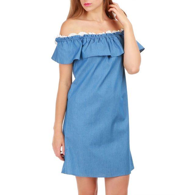 4a968eec44023 Lamodeuse - Robe courte bleue en jean col Bardot avec volant et dentelle